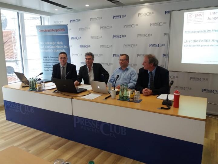 Die vier Vertreter der Verbände in der IG-JMV auf dem Podium beim Pressegespräch im Presseclub München am 15.5.2018